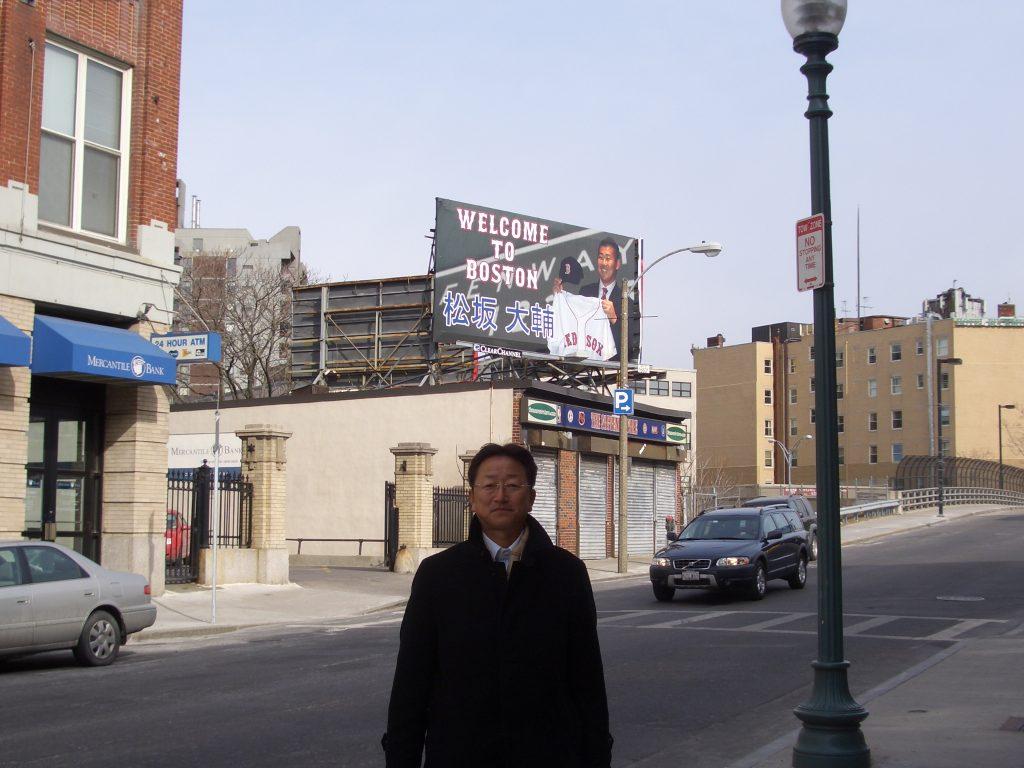 ボストン市内で・・・後ろの看板は?