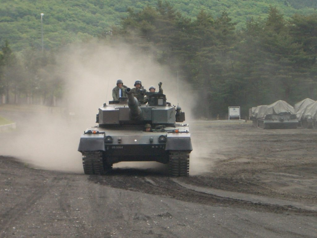 土煙を上げ疾走する90式戦車