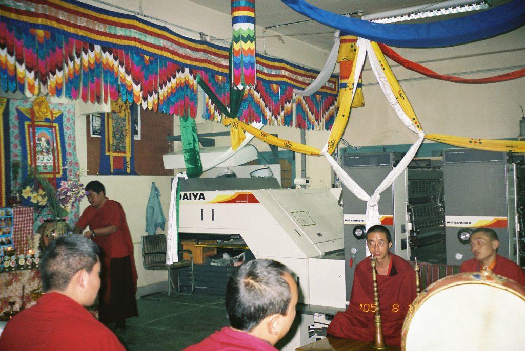 寄贈式には僧侶の方も参加された