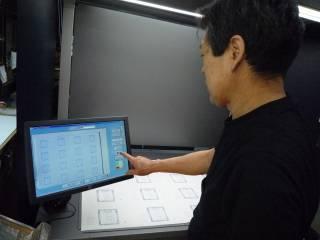 三菱製オフライン品質検査装置 タッチパネルで読み込ませる
